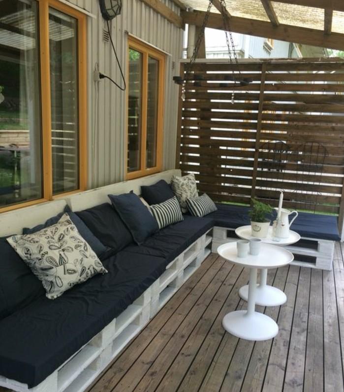 long-canape-en-palette-blanc-a-amenager-sur-la-terrasse-un-formidable-coin-repos