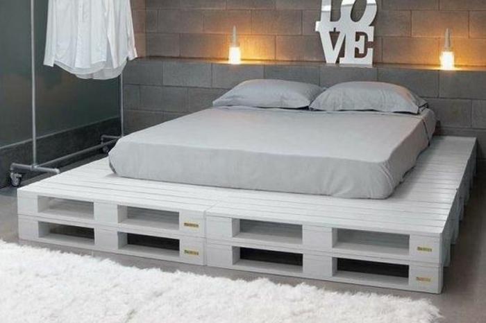 magnifique-chambre-a-coucher-en-blanc-et-taupe-meuble-en-palette