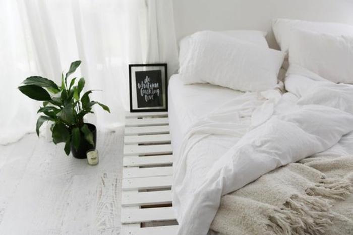 magnifique-idee-lit-en-palette-decor-scandinave-lit-en-palette-blanc-couverure-de-lit-blanche-murs-blancs