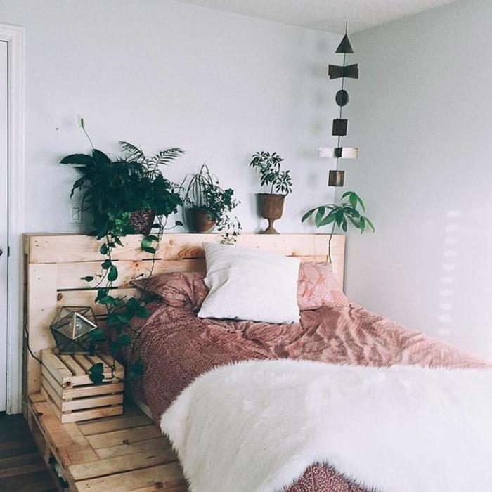 magnifique-lit-en-palette-avec-tete-de-lit-palette-table-de-nuit-palette-ambiance-zen-propice-au-sommeil