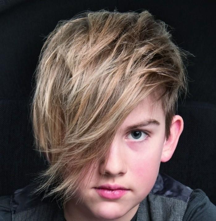 meche-blonde-homme-coiffure-dégradé-homme