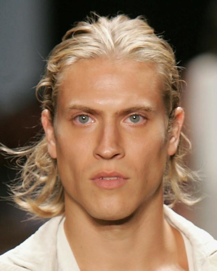 meche-blonde-homme-faire-des-mèches-soi-meme