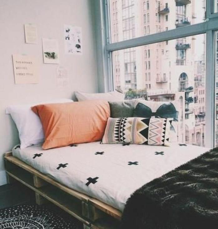 meuble-en-palette-comment-fabriquer-un-lit-en-palette-idee-magnifique-amenage-pres-de-la-fenetre