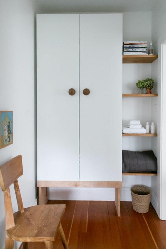 meuble-entre-de-petites-dimensions-sol-en-parquet-en-bois-banc-en-bois-clair