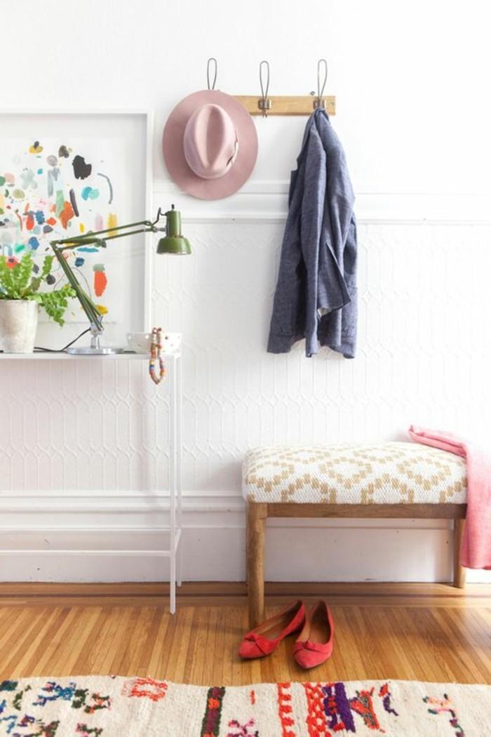 meuble-entree-sol-en-parquet-clair-en-bois-papier-peint-blanc-petite-console-d-entree