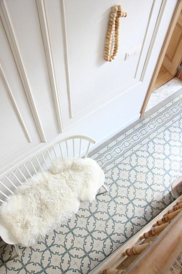 meuble-gain-de-place-pour-votre-petit-couloir-sol-en-carrelage-beige-vert