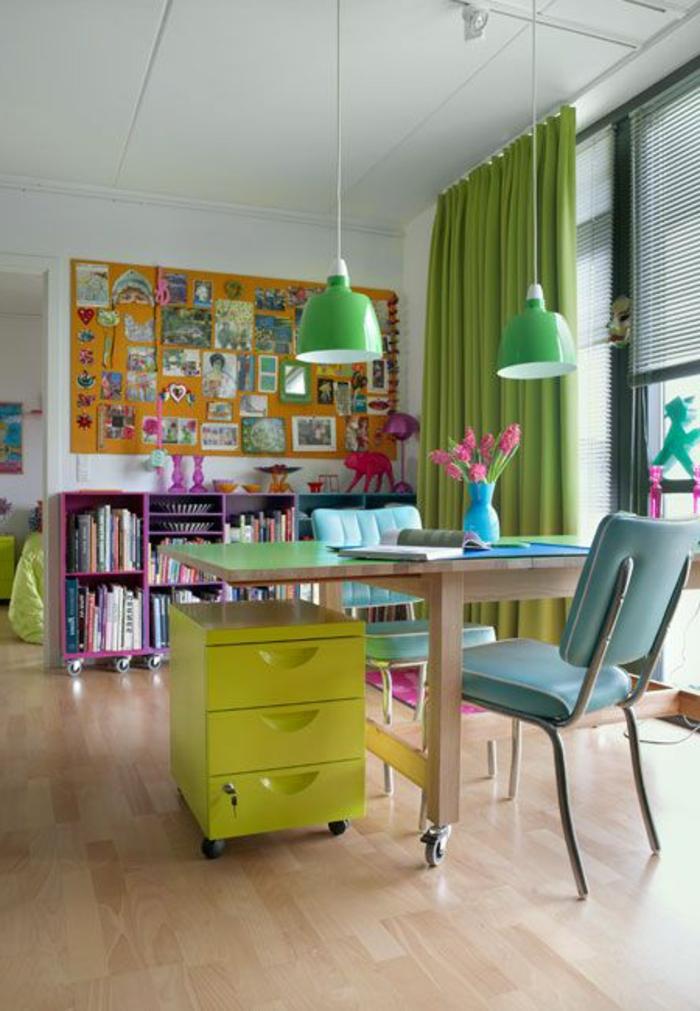 meuble-informatique-sol-en-bois-vert-mur