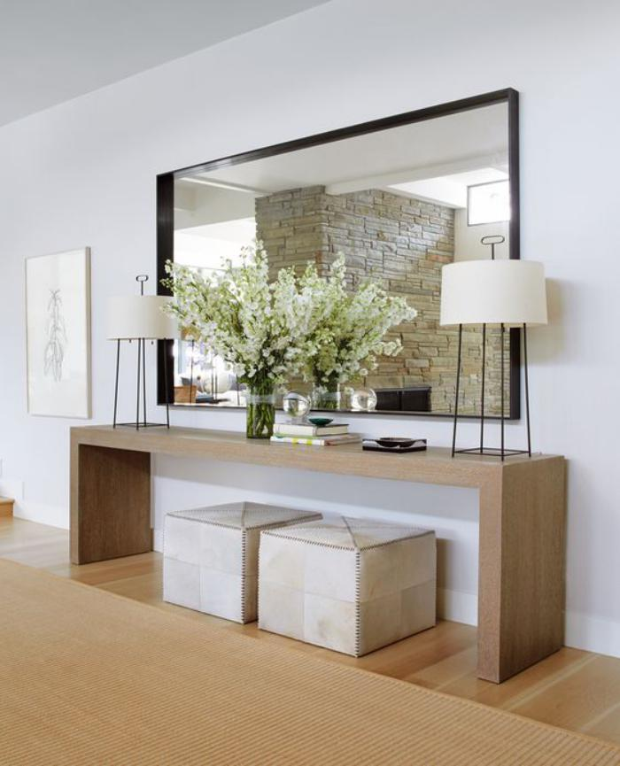 miroir-d-entree-grand-miroir-mural-au-dessus-d'une-console-de-bois