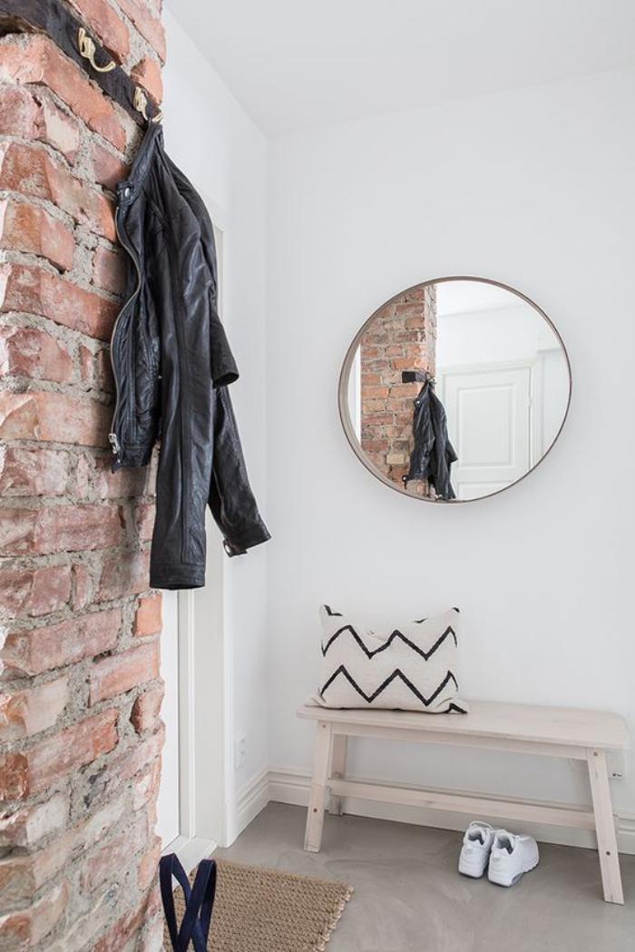 miroir-d-entree-mur-en-briques-et-miroir-rond