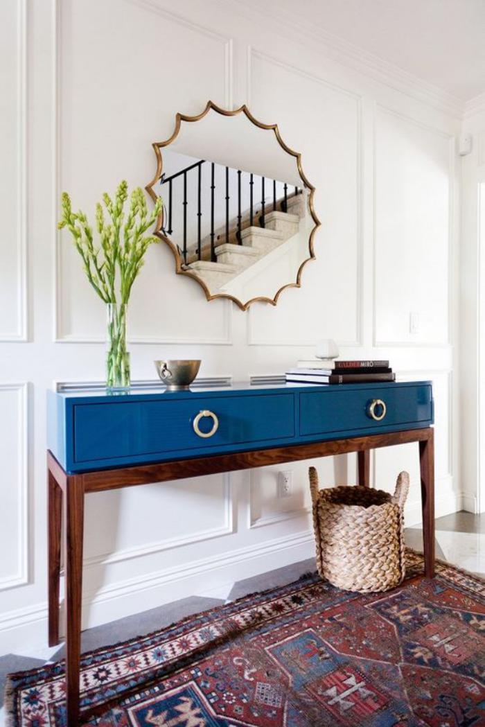miroir-d-entree-original-cadre-dore-et-console-dentree-bleu-et-marron