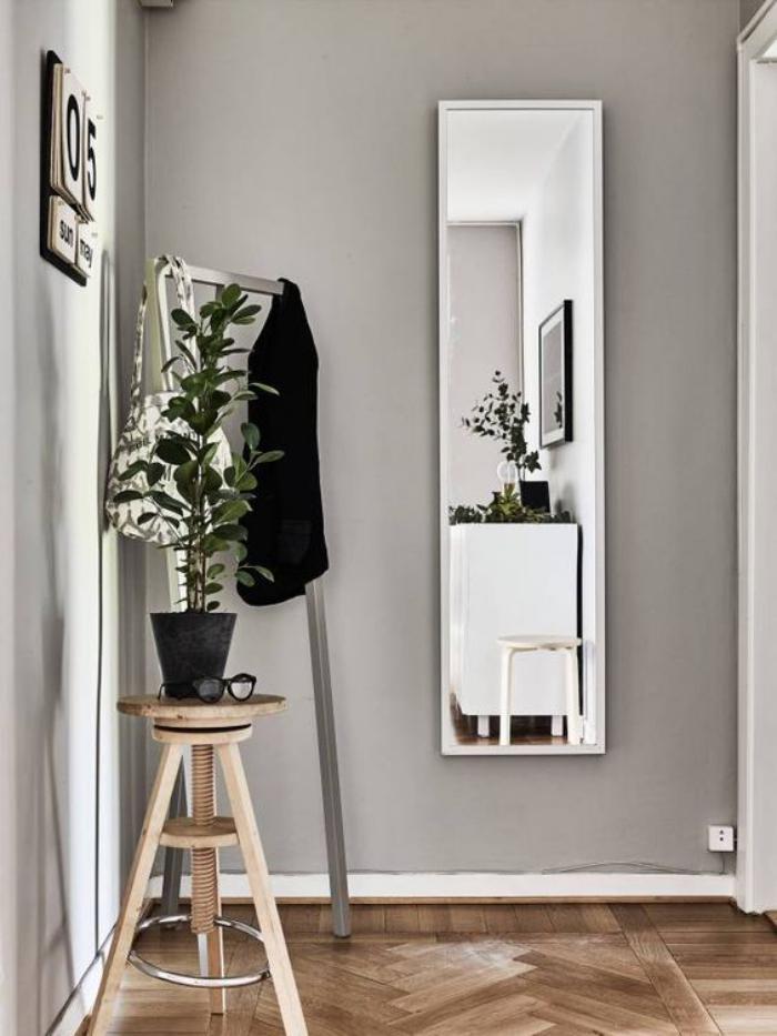 miroir-d-entree-tabouret-de-bois-et-miroir-rectangulaire