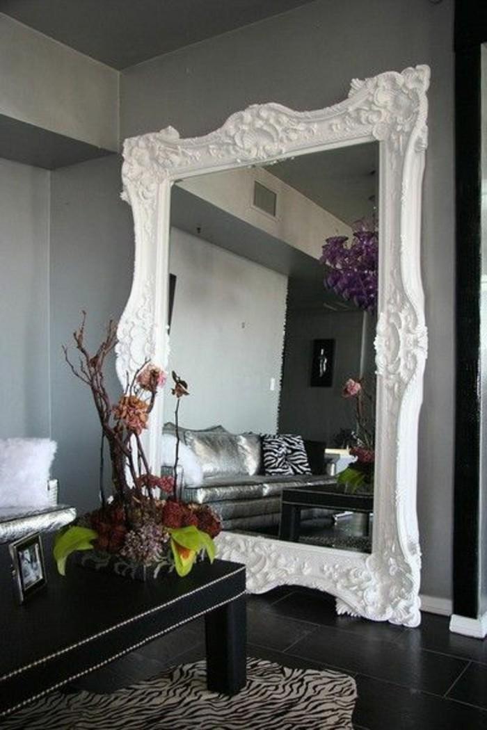 miroir-grand-format-cadre-blanc-fleur-table-mur-gris