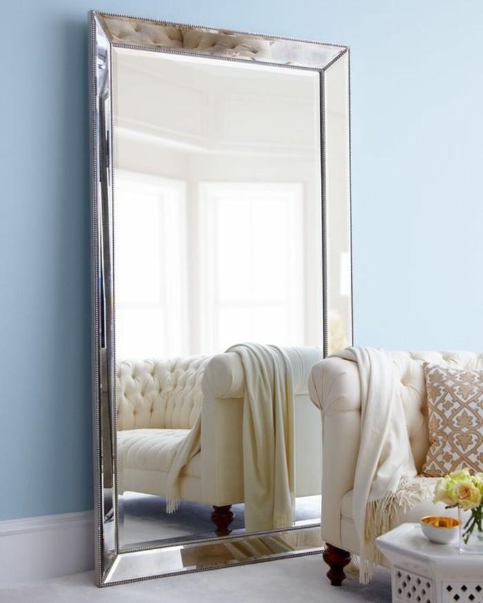 miroir-grand-format-mur-bleu-simple-sofa-blanc