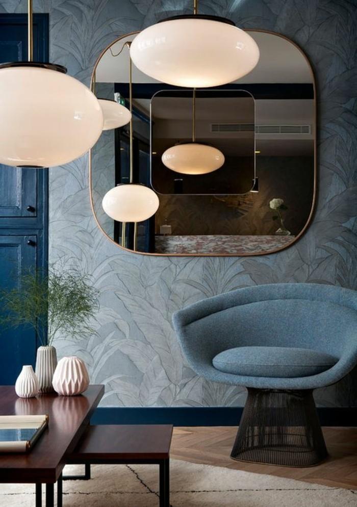 miroir-grand-format-mur-bleu-sofa-lustre-chic