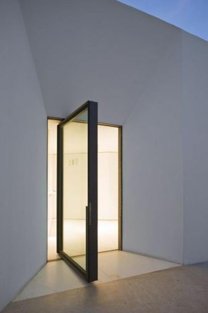 miroir-grand-format-salle-mur-blanc-porte-simple