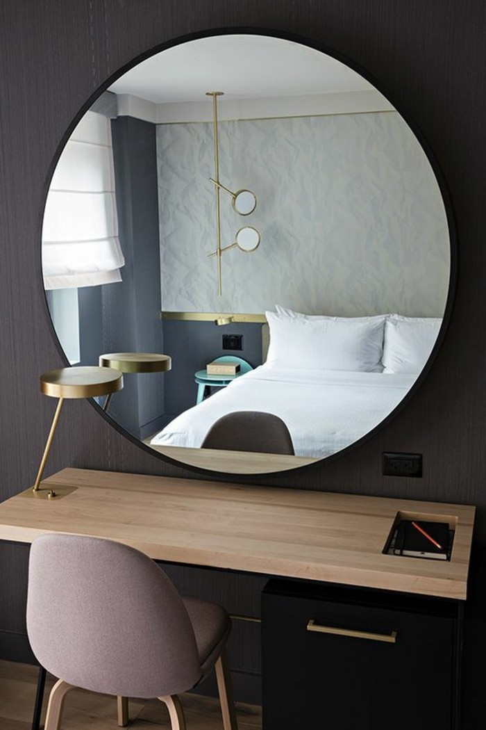 miroir-grand-format-table-chaise-rose-chambre-a-coucher