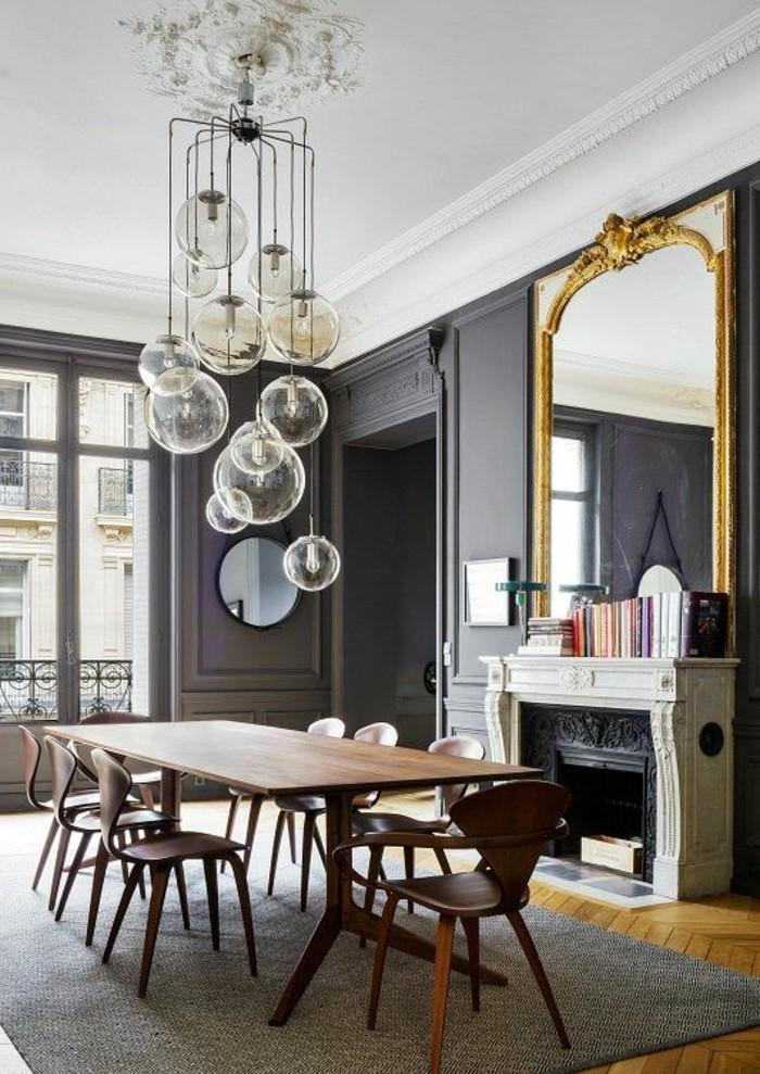 miroir-grand-format-table-chaises-en-bois-cheminee-lustre-merveilleux