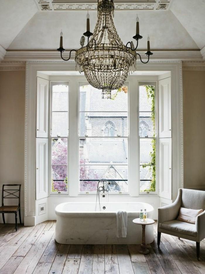 miroir-salle-de-bain-baignore-blanche-et-un-grand-lustre