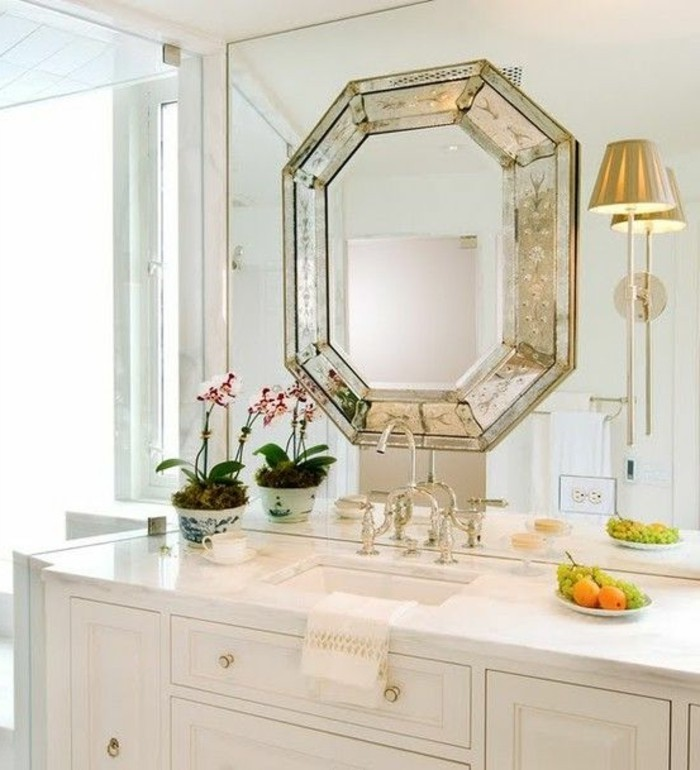 miroir-salle-de-bain-cadre-tres-chic-et-moderne-pres-du-lavabo-une-assiette-avec-des-fruits