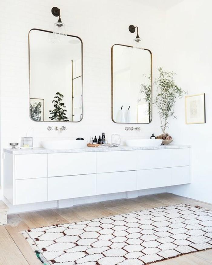 miroir-salle-de-bain-deux-miroirs-tapis-au-plancher