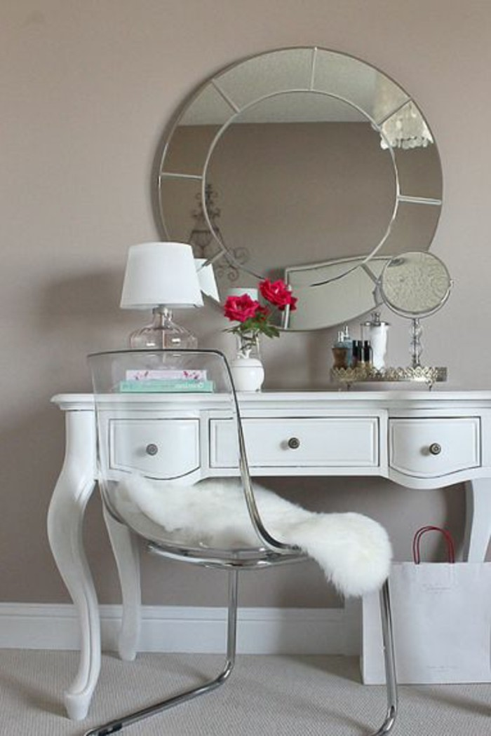 miroir-salle-de-bain-miroir-rond-lampe-blanche-et-une-chaise