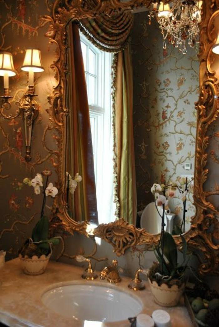 miroir-salle-de-bain-vieux-style-de-belles-fleurs-pres-du-lavabo