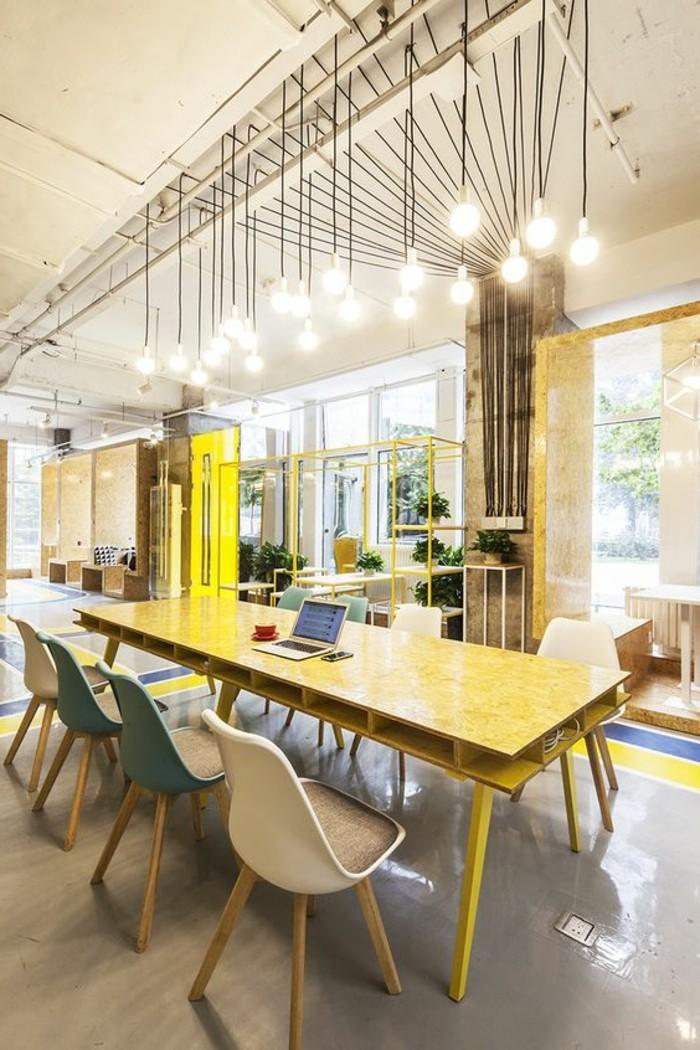 mobilier-de-bureau-contemporain-grand-office-avec-ampoules-suspendues-et-bureau-jaune
