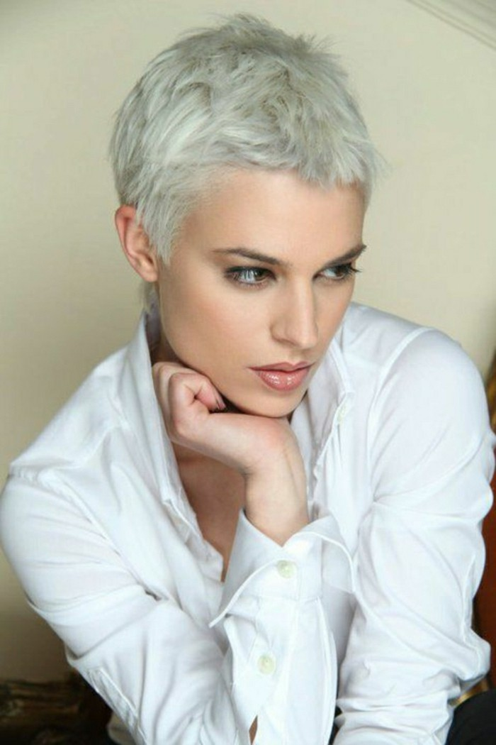 modele-coupe-courte-blond-cendre-blond-gris