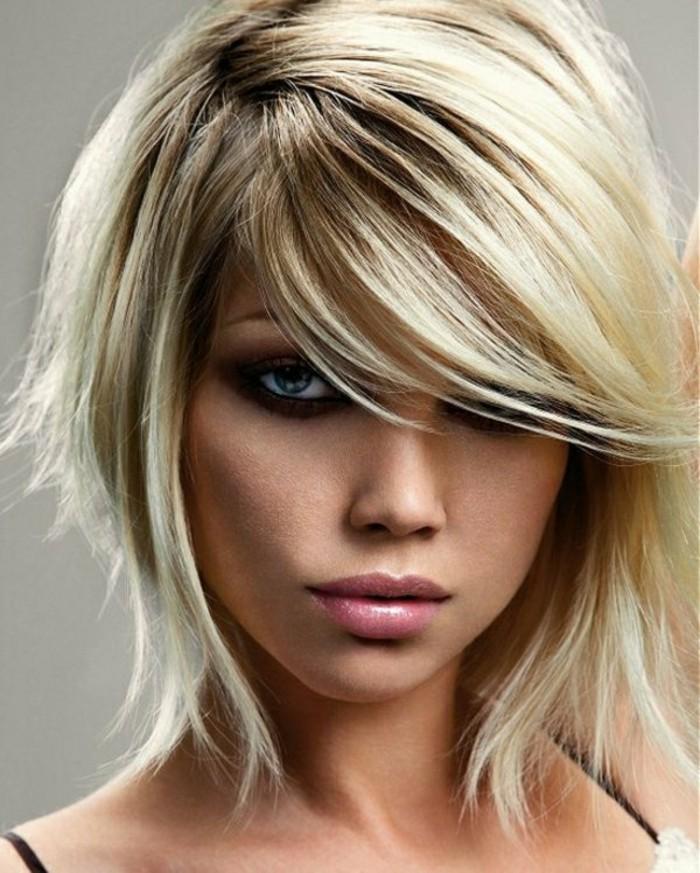 modele-coupe-courte-blonde-coupe-de-cheveux-courte-femme-blonde-levres-roses