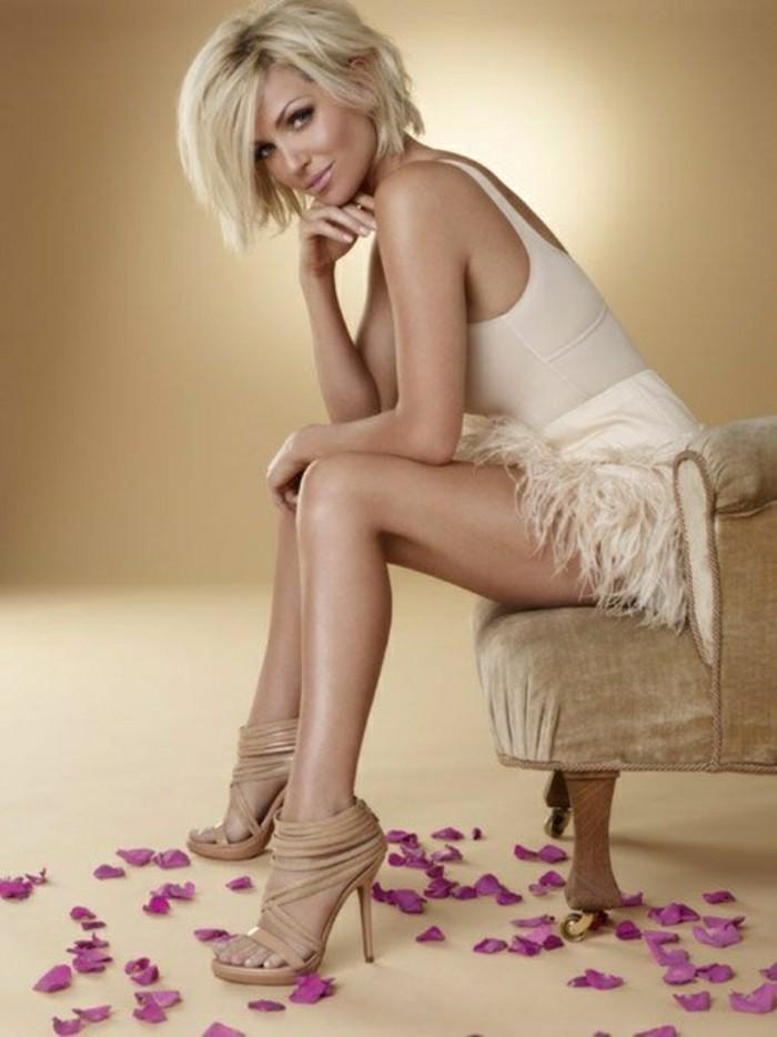 modele-coupe-courte-cheveux-blond-talons-en-cuir-beige