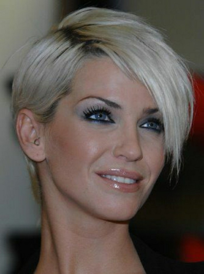 modele-coupe-courte-cheveux-blond-yeux-bleus