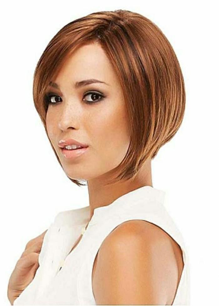 modele-coupe-courte-cheveux-cappuccino-femme-tendances-levres-roses-top-blanc