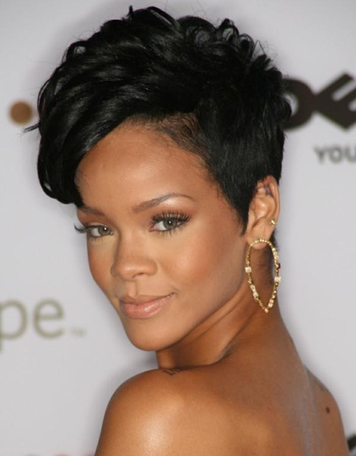 modele-coupe-courte-rihanna-coiffures-carre-destructuree-cheveux-noirs