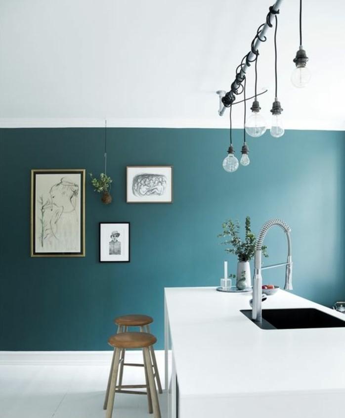 modele-cuisine-artistique-couleur-peinture-cuisine-bleu-petrole-ilot-blanc-tres-elegant