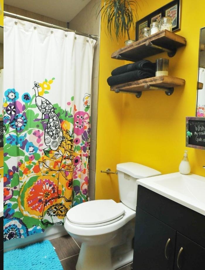 couleur de peinture salle de bain jaune et rideau salle de bain en couler, etageres salle de bain bois brut
