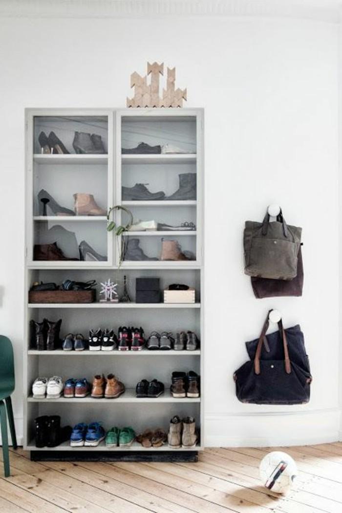 organiser-bien-le-petit-espace-dans-l-entree-meuble-entre-pas-cher-sol-en-planchers-clair-bois-naturelle-murs-blancs-petite-console-d-entree