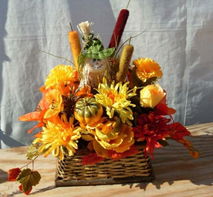 panier-en-rotin-composition-florale-automne-en-orange-et-jaune-idee-composition-florale