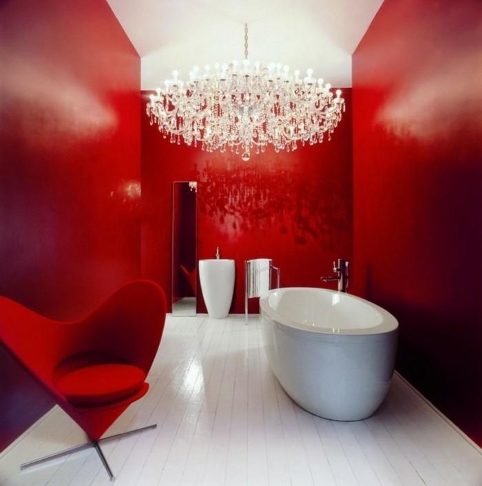peinture-salle-de-bain-rouge-effet-spectaculaire-canapé-rouge-beignoire-à-poser-blanche-lavabo-colonne