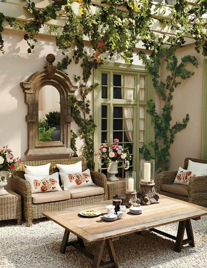 pergola-bois-envahie-par-la-verdure-meubles-en-rotin-table-basse-en-bois-beau-miroir-decor-vintage