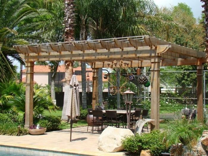 pergola-bois-situee-dans-un-cadre-tropique-pergola-amenagee-en-salle-a-manger