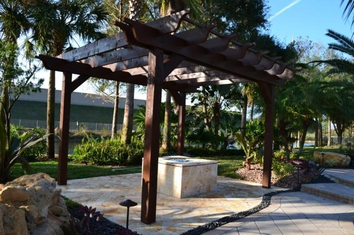 pergola-situee-au-milieu-d-un-jardin-tropique-magnifique-suggestion-pergola-bois-diy