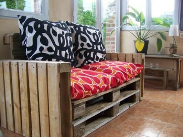 petit-canape-en-palette-tres-sympa-suggestion-ideal-pour-votre-interieur
