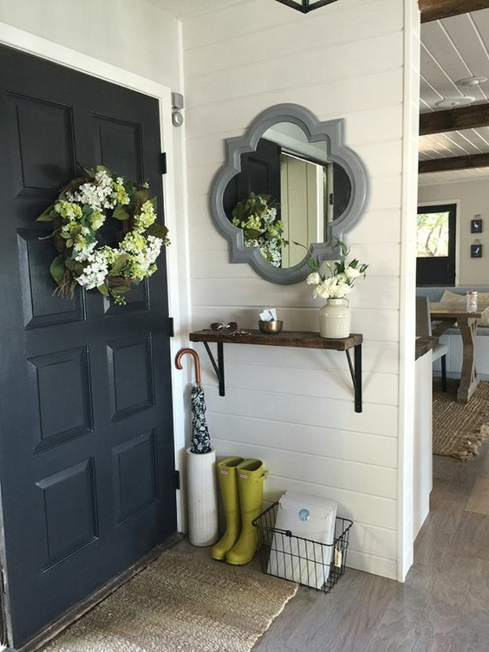 petite-etagere-d-entree-design-mural-en-bois-fonce-sol-en-parquet-gris-fonce-porte-en-bois