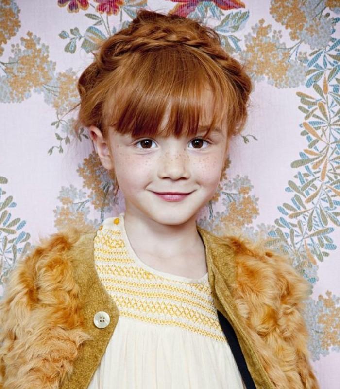 petite-fille-aux-cheveux-roux-tresse-couronne-tres-sympa
