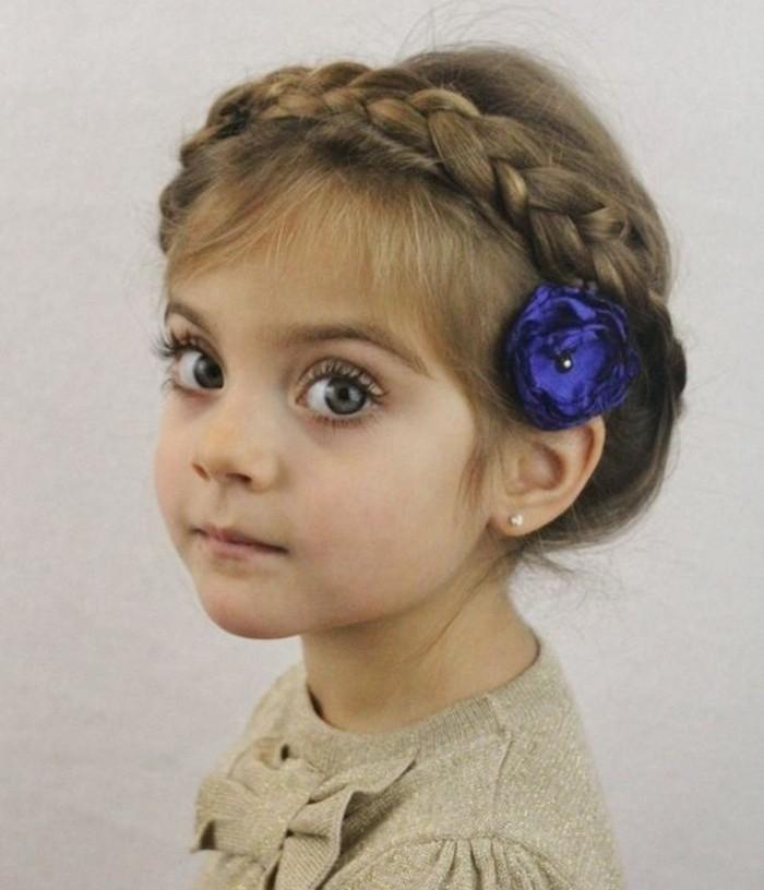petite-princesse-avec-une-tresse-couronne-formidable-suggestion-coiffure-petite-fille