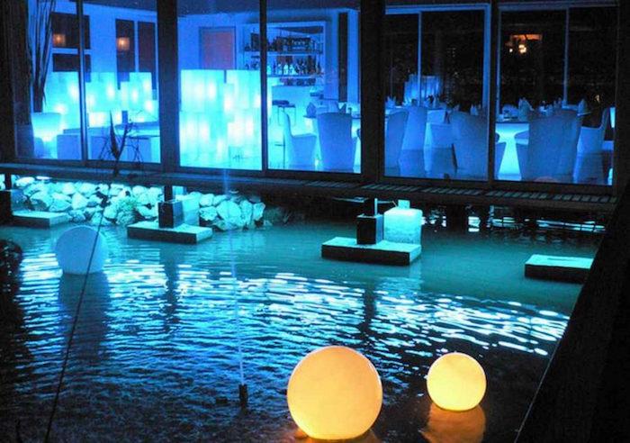 piscine-eclairee-la-nuit-spots-leds-ampoule-projecteur-couleur