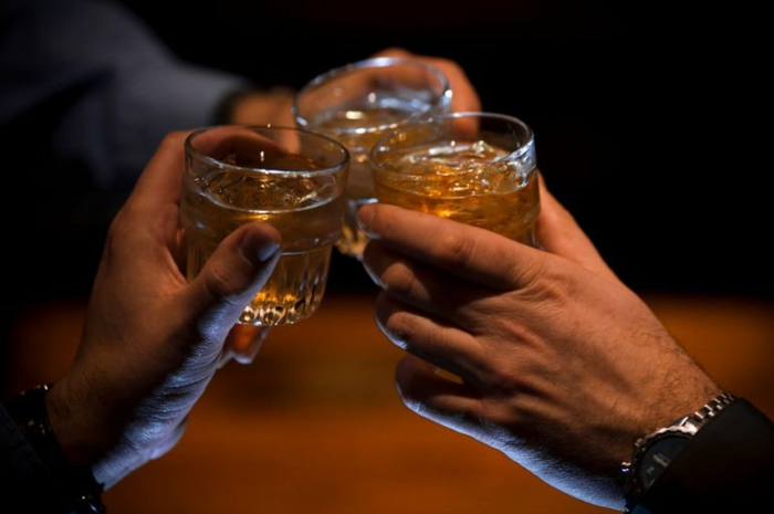 quoi-faire-a-la-saint-valentin-originale-idee-boire-whiskey-resized