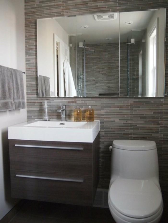 salle-de-bain-4m2-mur-en-carrelage-beige-fonce-miroir-design-mural