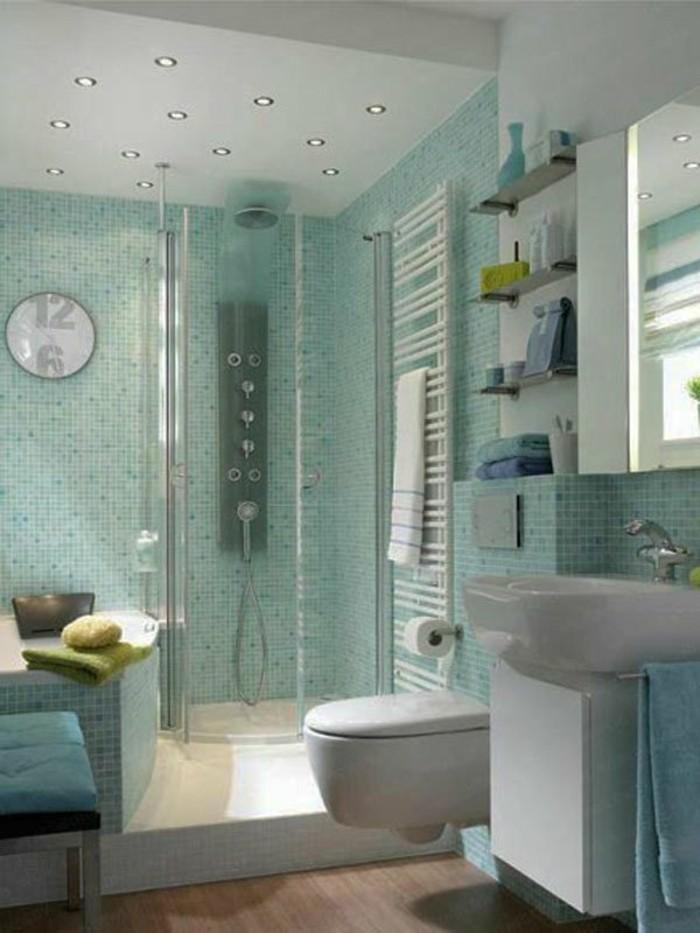 salle-de-bain-4m2-mur-en-mosaique-bleu-clair-cabinne-de-douche-en-verre