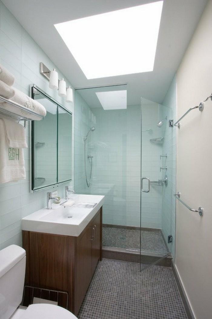 salle-de-bain-sol-en-mosaique-gris-mur-en-dalles-bleu-cliel-idee-amenagement-petite-salle-de-bain